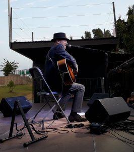 Juan Perro amb la guitarra al escenari del MhiC