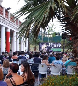 Públic al jardí del MhiC durant el Festival de Jazz, 2019