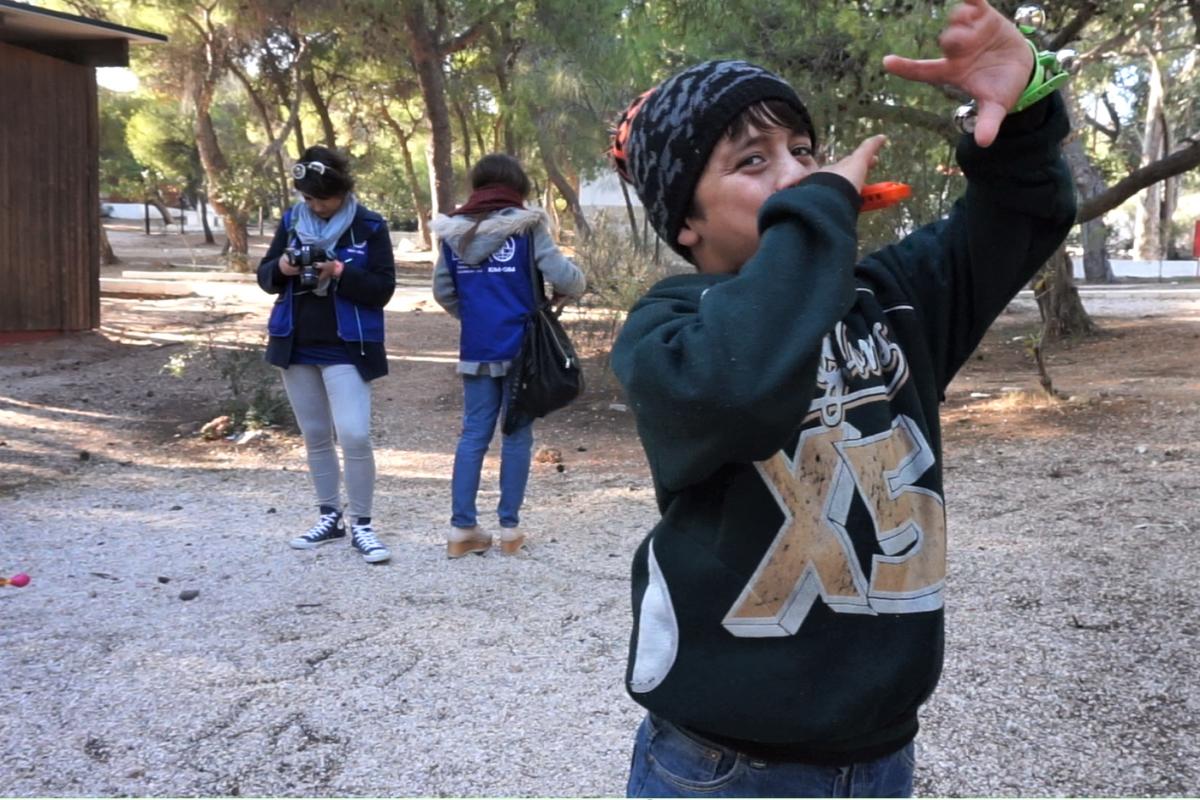 Joan,12 jugant al Centre d'Accommodació per a Refugiats a Lavrio, Attiki